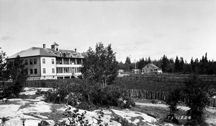 Pensionnat indien de All Saints, vue lointaine, Lac La Ronge, 1928
