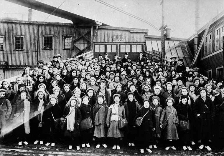 British immigrant children from Dr. Barnardo's Homes at landing stage, Saint John, N.B. (item 1)