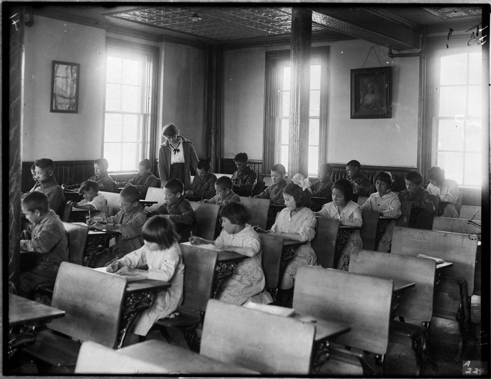 Pensionnat indien de Brandon, élèves travaillant à leurs pupitres dans une salle de classe, 1946