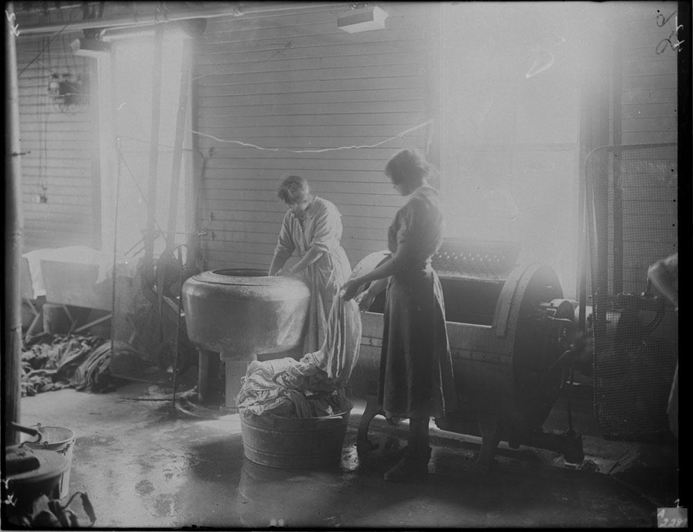 Pensionnat indien de Brandon, deux élèves faisant la lessive dans la buanderie, 1946