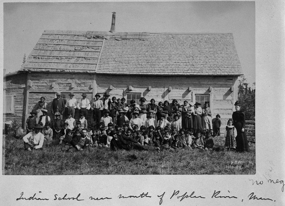 Pensionnat indien non identifié, élèves avec parents et enseignants, près de la rivière Poplar, vers 1890