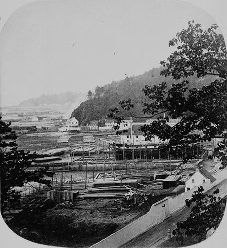 Vue de l'Anse-au-Foulon où l'on peut voir les allingues de Gilmour et Company pour le chargement des billes. (item 1)