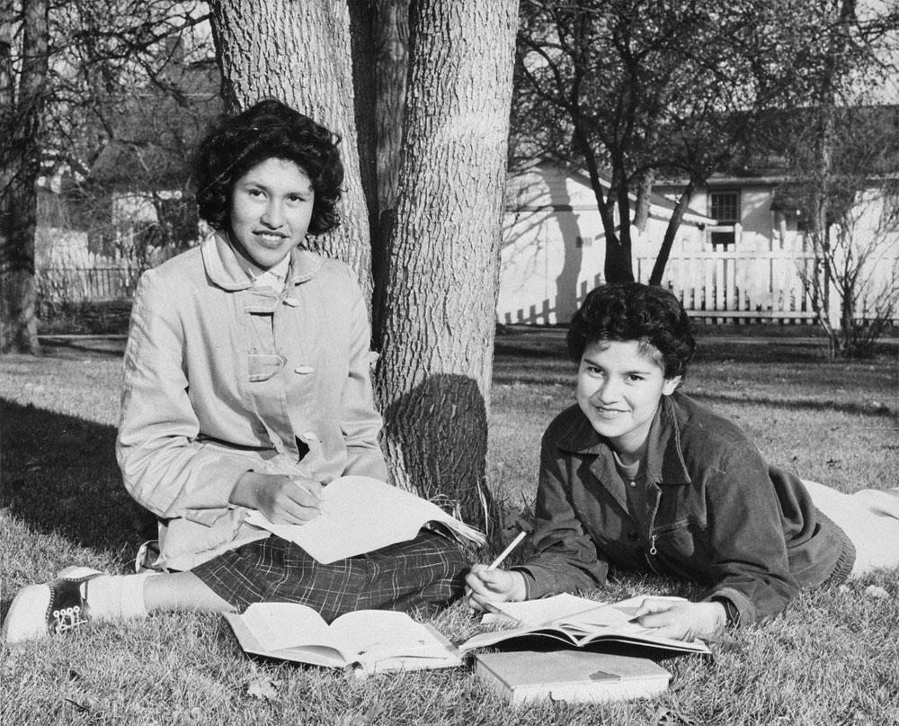 Pensionnat indien d'Assiniboia, Adeline Raciette et Emily Bone, Winnipeg, vers 1958