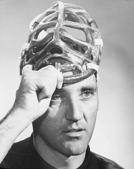 Jacques Plante soulevant son masque de joueur de hockey. (item 1)