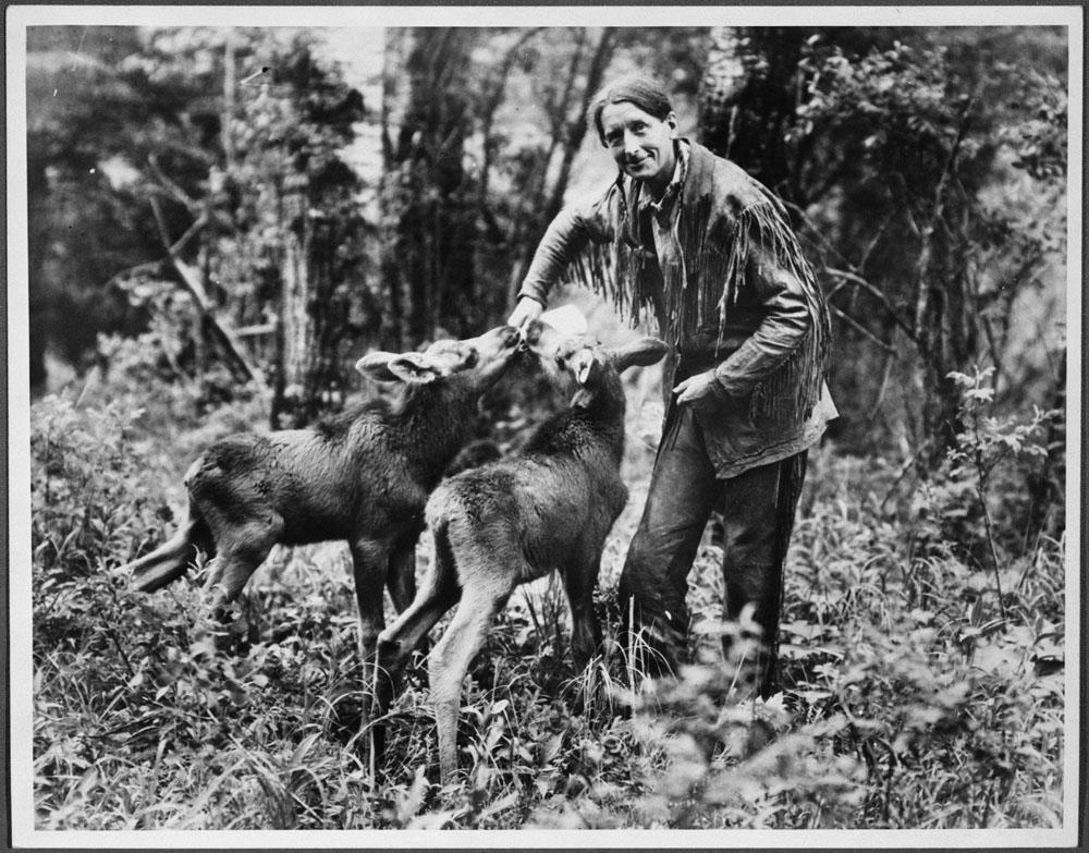 Photo d'un homme donnant le biberon à deux jeunes originaux.