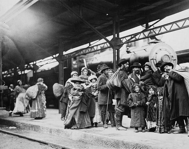 Arrival of immigrants at Union Station. (item 1)
