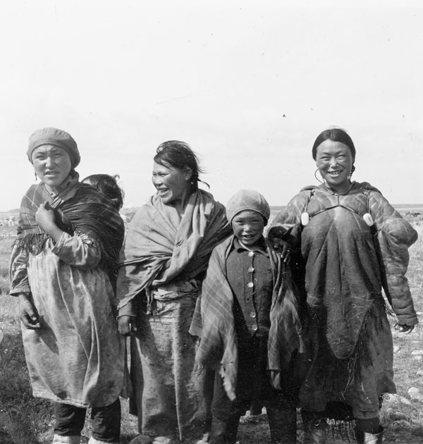 Group photo of 3 women, a child and a baby