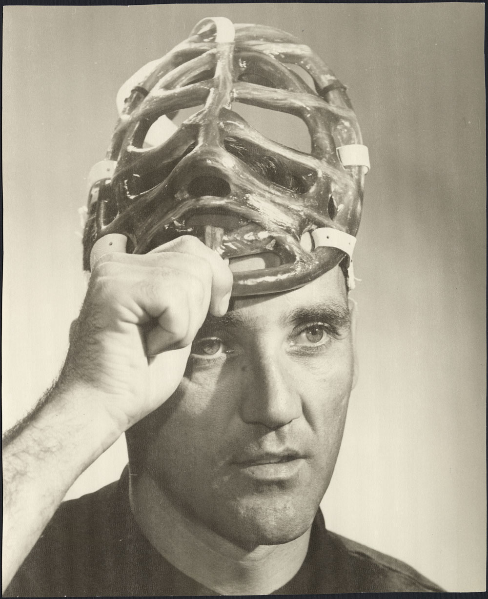 Jacques Plante soulevant son masque de joueur de hockey. (item 2)