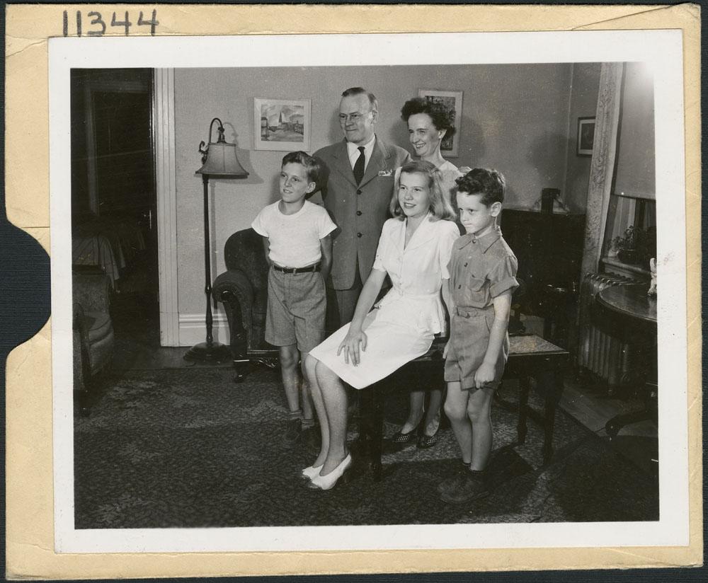 La famille canadienne typique, Jack Long, Office national du film du Canada, 1944. Le gouvernement fédéral mettait une banque d'images officielles à la disposition des journalistes canadiens et étrangers. Source : e010962324