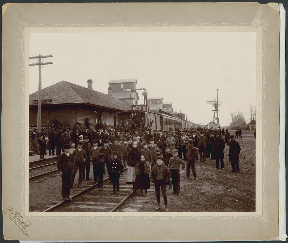 Second trainload of emigrants leaving Cottonwood (Minnesota, U.S.A.), for Western Canada. 1902. (item 2)