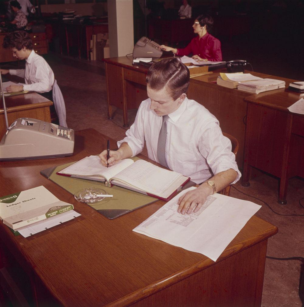 Les bureaux – et la taille des calculatrices – ont bien changé depuis! Fonctionnaires affectés à la comptabilité dans un bureau de Montréal (Québec), 1959. Source : MIKAN 4301610