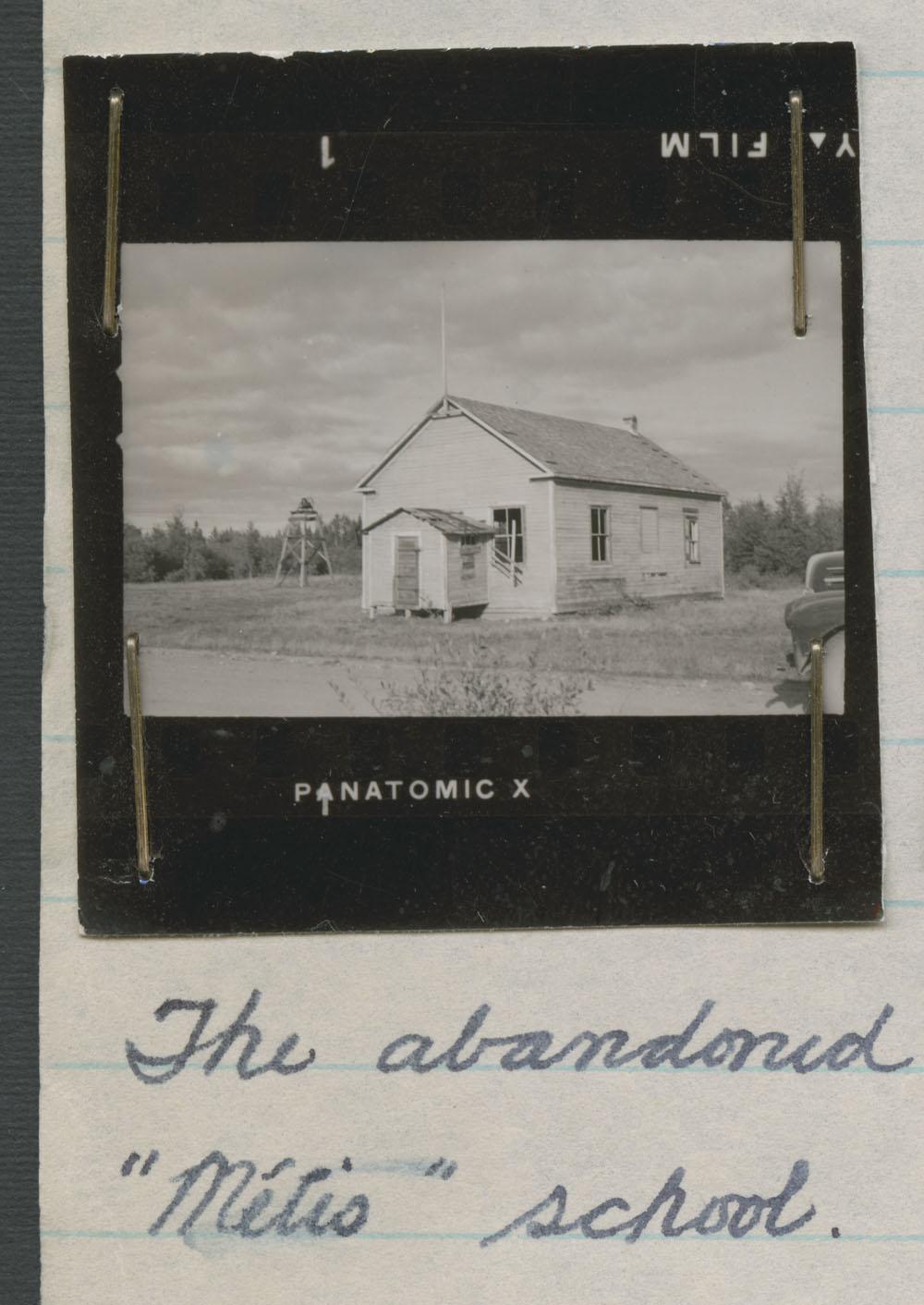 École des Métis, épreuve-contact du bâtiment abandonné, Le Pas, vers l'été1947