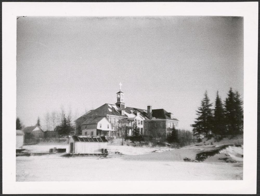 Pensionnat indien de Cross Lake, vu du lac gelé, décembre 1939