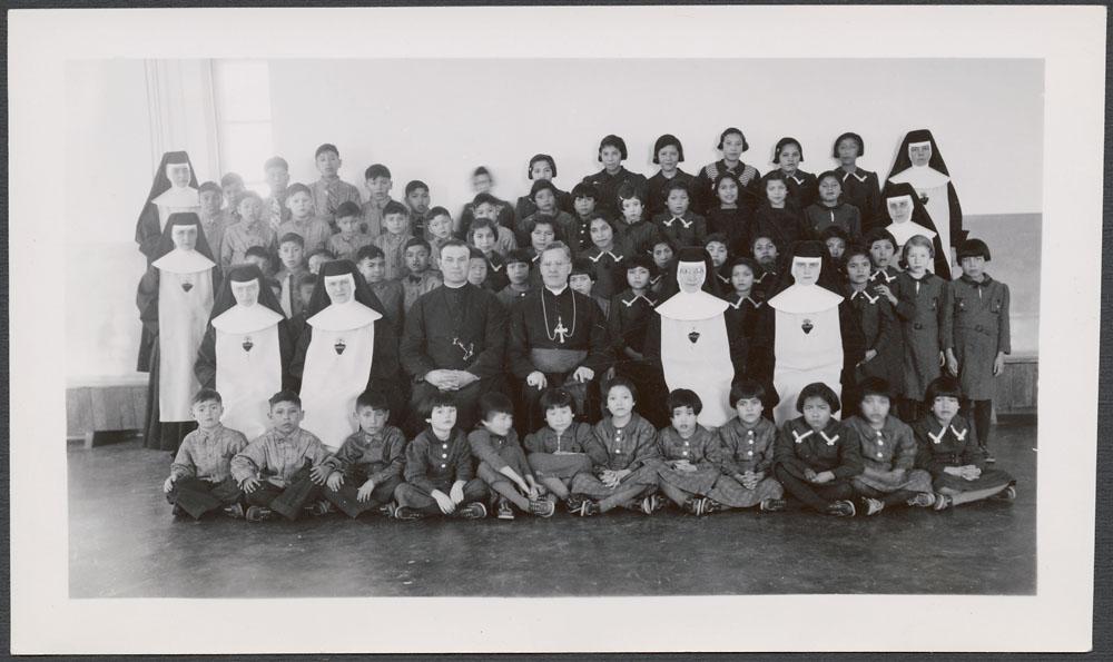 Pensionnat indien de Cross Lake, photo de groupe avec élèves, prêtres et religieuses, février 1940