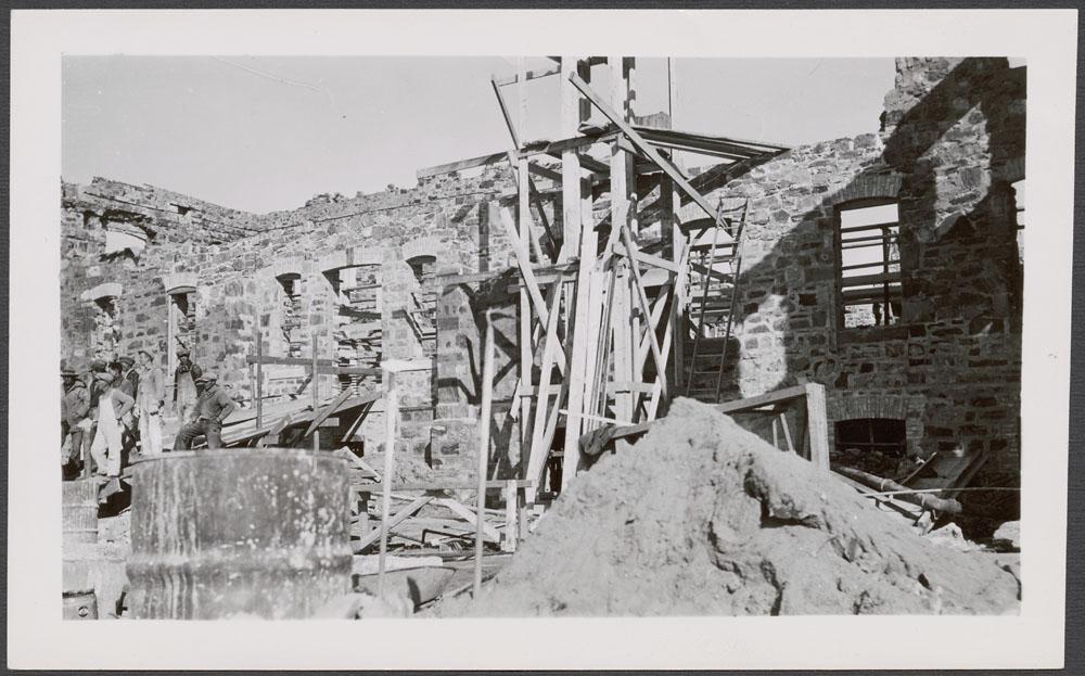 Pensionnat indien de Cross Lake, vue d'un mur partiellement construit avec échafaudages et travailleurs, octobre 1938