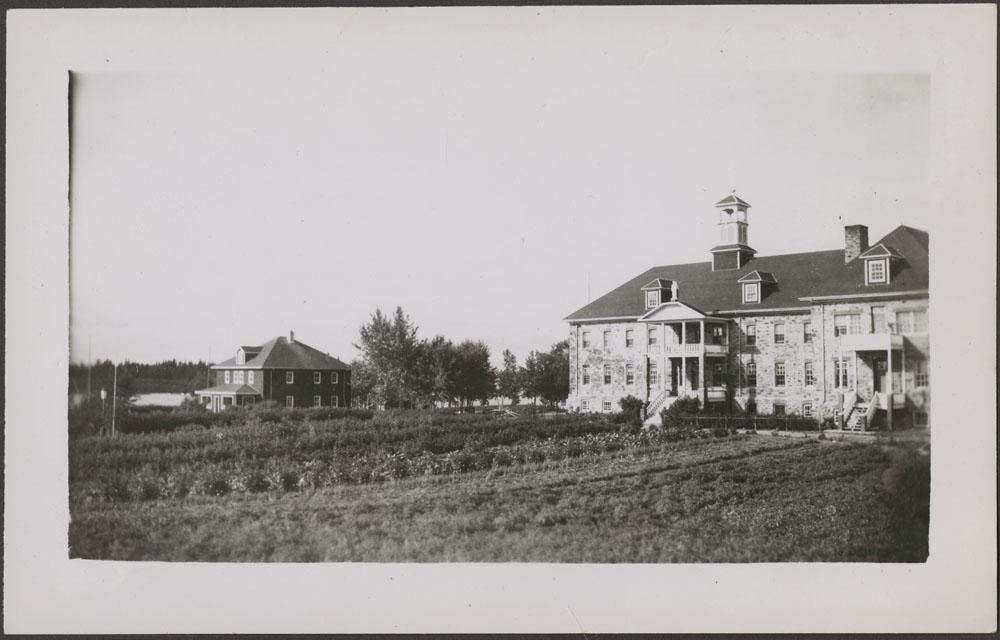 Pensionnat indien de Cross Lake, vue de l'école et de la nouvelle résidence des Oblats, septembre 1944