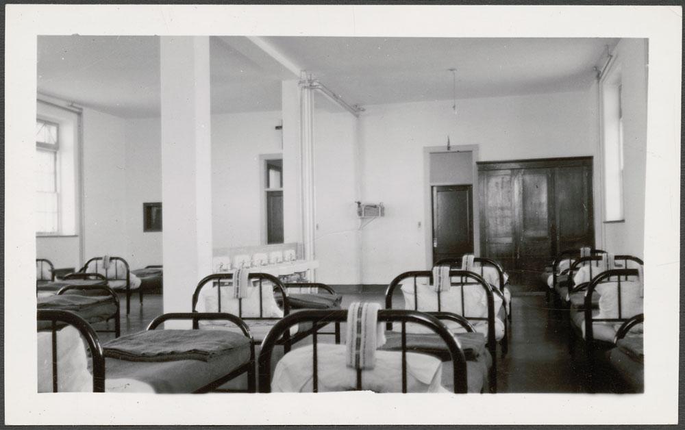 Pensionnat indien de Cross Lake, dortoir des garçons, vers février 1940