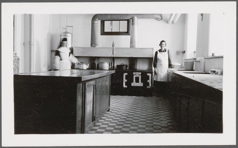 Pensionnat indien de Cross Lake, religieuse avec une femme dans la cuisine, février 1940