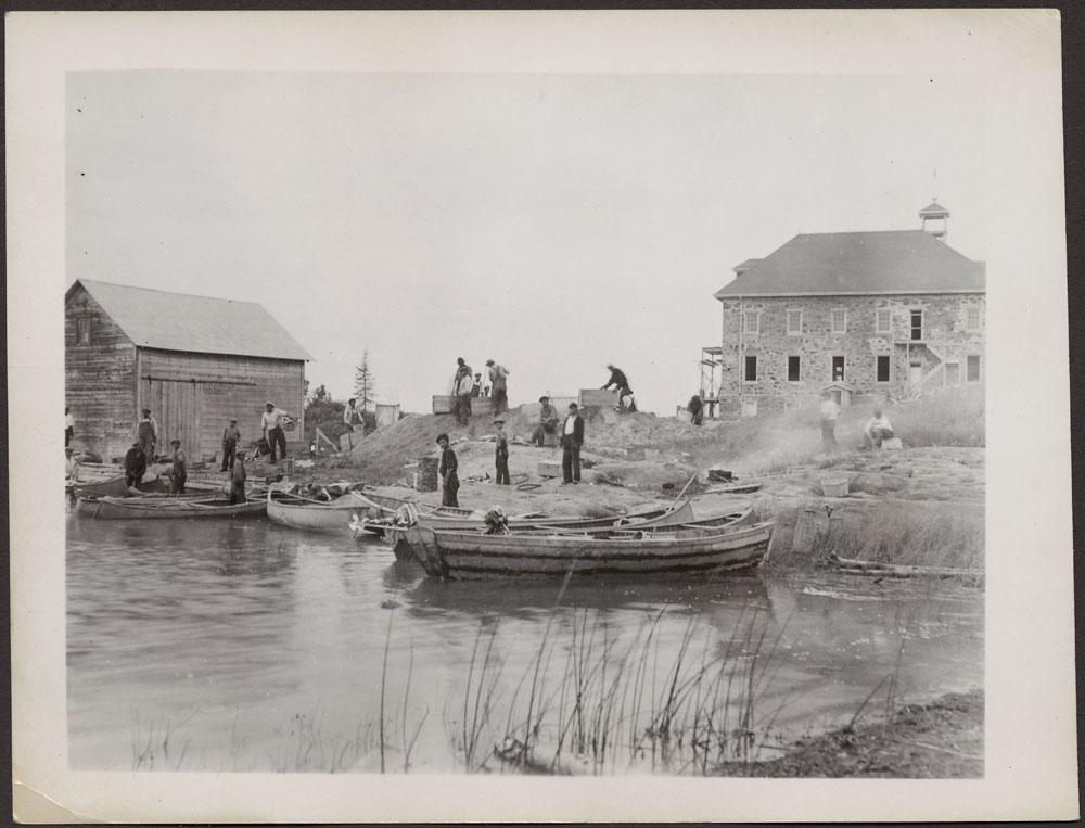 Pensionnat indien de Cross Lake, groupe d'hommes et de garçons transportant des matériaux pour la reconstruction de l'école, été1939