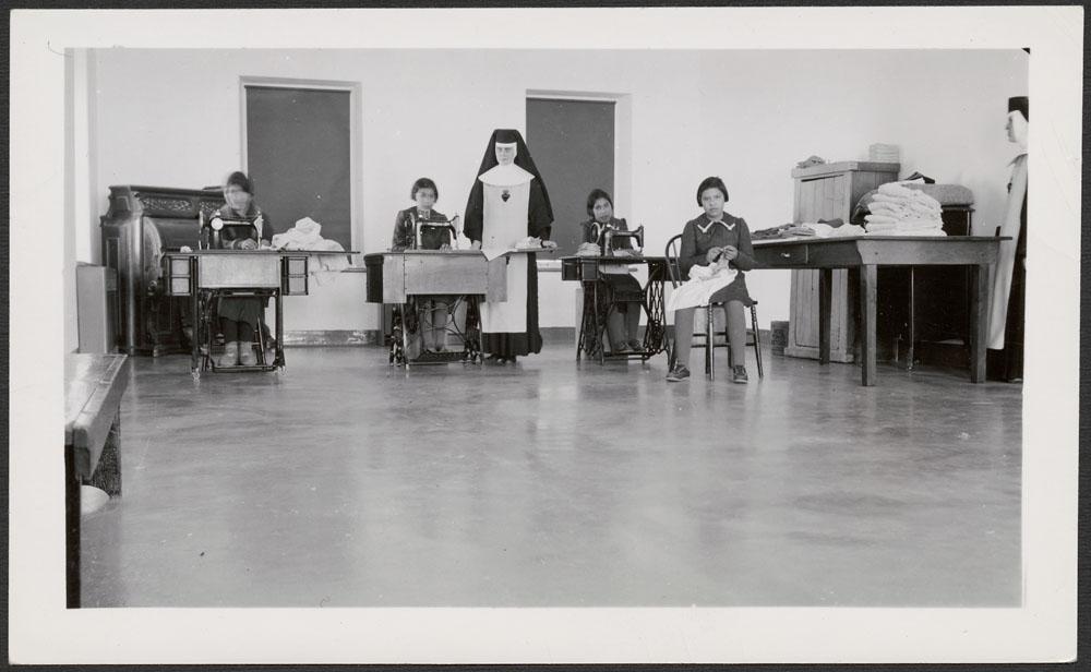 Pensionnat indien de Cross Lake, élèves et religieuses dans la salle de couture, février 1940