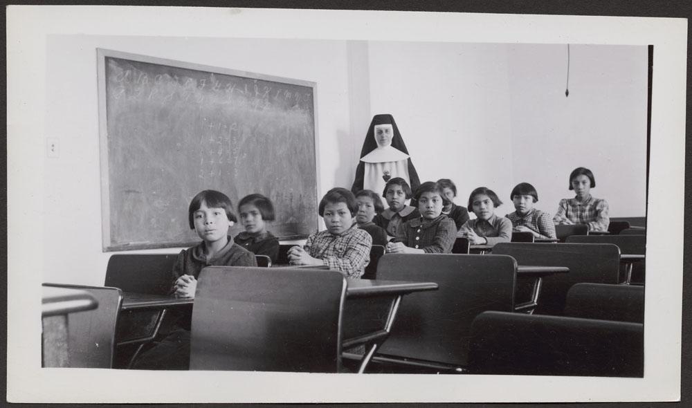 Pensionnat indien de Cross Lake, élèves et religieuse dans une classe, février 1940