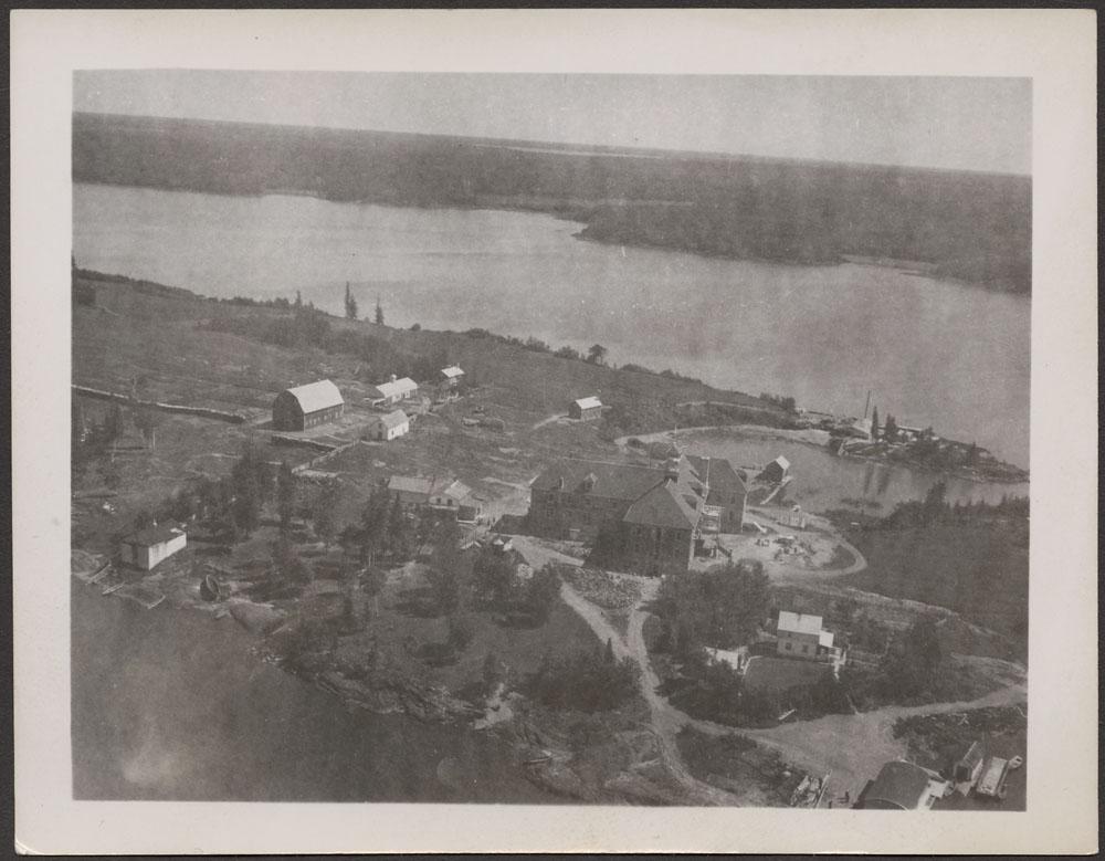 Pensionnat indien de Cross Lake, vue aérienne des bâtiments et des granges, été1940