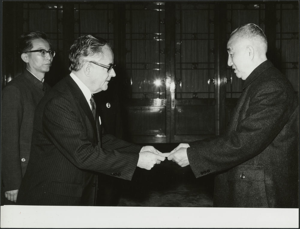 Ambassador Menzies presenting his credentials to a Chinese official in 1976. 20 x 15 cm – Vol. 3, File 16.